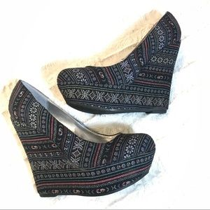 BRECKELLE'S Woven Fabric Platforms Size 10